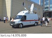 Купить «Автомобиль МЧС, мобильная станция спутниковой связи, около станции метро», эксклюзивное фото № 4976899, снято 5 июня 2013 г. (c) Александр Замараев / Фотобанк Лори