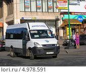 Маршрутка № 716м идет по Сокольнической площади , Москва (2013 год). Редакционное фото, фотограф lana1501 / Фотобанк Лори