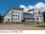 Купить «Туапсе. Городской дворец культуры», фото № 4978775, снято 8 июля 2013 г. (c) Николай Мухорин / Фотобанк Лори
