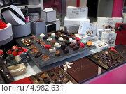 Купить «Шоколадные конфеты в витрине кондитерского магазина, Бельгия», фото № 4982631, снято 29 июня 2013 г. (c) Юлия Кузнецова / Фотобанк Лори