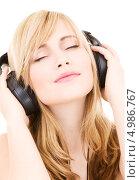 Купить «Молодая женщина на белом фоне с большими кожаными наушниками», фото № 4986767, снято 3 января 2009 г. (c) Syda Productions / Фотобанк Лори