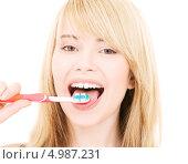 Купить «Счастливая девушка со здоровыми зубами чистит их зубной щеткой», фото № 4987231, снято 3 января 2009 г. (c) Syda Productions / Фотобанк Лори