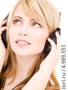 Купить «Юная девушка слушает любимую музыку в больших наушниках», фото № 4989551, снято 3 января 2009 г. (c) Syda Productions / Фотобанк Лори