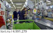 Покупатель расплачивается на кассе крупного торгового центра, видеоролик № 4991279, снято 25 августа 2013 г. (c) Кекяляйнен Андрей / Фотобанк Лори