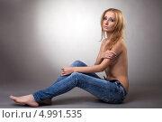 Купить «Светловолосая девушка топлесс в джинсах», фото № 4991535, снято 2 декабря 2011 г. (c) Гурьянов Андрей / Фотобанк Лори
