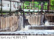 Купить «Аэрация и очистка сточных вод на предприятии», фото № 4991771, снято 17 июня 2013 г. (c) Кекяляйнен Андрей / Фотобанк Лори