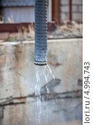 Купить «Трубопровод дренажа сточных вод загрязняет почву», фото № 4994743, снято 17 июня 2013 г. (c) Кекяляйнен Андрей / Фотобанк Лори