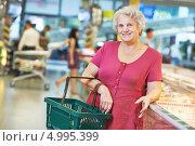 Купить «Зрелая женщина в супермаркете», фото № 4995399, снято 13 августа 2013 г. (c) Дмитрий Калиновский / Фотобанк Лори