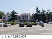 Купить «Железнодорожный вокзал и привокзальная площадь города Туапсе», фото № 4995607, снято 11 июля 2013 г. (c) Николай Мухорин / Фотобанк Лори