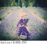 Купить «Женщина в длинном фиолетовом платье и шляпе с корзинкой в лавандовом поле», фото № 4995791, снято 1 августа 2013 г. (c) Andrejs Pidjass / Фотобанк Лори