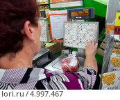Купить «Покупатель взвешивает товар», эксклюзивное фото № 4997467, снято 11 июня 2013 г. (c) Вячеслав Палес / Фотобанк Лори