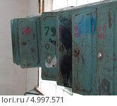 Купить «Старые почтовые ящик в подъезде», фото № 4997571, снято 15 июня 2013 г. (c) Вячеслав Палес / Фотобанк Лори