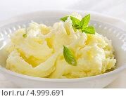 Купить «Картофельное пюре в белой тарелке», фото № 4999691, снято 28 августа 2013 г. (c) Tatjana Baibakova / Фотобанк Лори