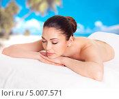 Купить «Девушка лежит на массаже в спа-салоне на фоне синего неба и пальм», фото № 5007571, снято 21 мая 2013 г. (c) Валуа Виталий / Фотобанк Лори