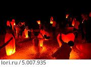 Купить «Группа людей запускают китайские летающие фонарики в форме сердец», фото № 5007935, снято 23 августа 2013 г. (c) Игорь Кутателадзе / Фотобанк Лори