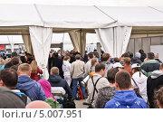 Купить «Люди в очереди около КПП на МАКС-2013», эксклюзивное фото № 5007951, снято 31 августа 2013 г. (c) Алёшина Оксана / Фотобанк Лори