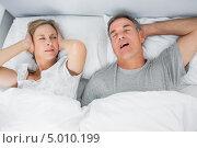 Купить «женщина не может уснуть из-за храпа мужа», фото № 5010199, снято 7 апреля 2013 г. (c) Wavebreak Media / Фотобанк Лори