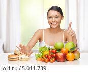 Купить «Стройная красивая девушка выбирает здоровое питание для долгой жизни», фото № 5011739, снято 12 января 2013 г. (c) Syda Productions / Фотобанк Лори