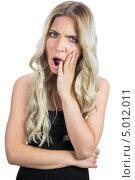 блондинка с длинными волнистыми волосами в черном платье в ярости. Стоковое фото, агентство Wavebreak Media / Фотобанк Лори