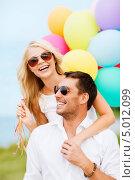 Купить «Счастливая девушка и молодой человек со связкой воздушных шаров летним днем», фото № 5012099, снято 14 июля 2013 г. (c) Syda Productions / Фотобанк Лори