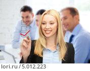 Купить «Деловая женщина ставит галочку в графе на виртуальном экране», фото № 5012223, снято 13 июня 2013 г. (c) Syda Productions / Фотобанк Лори