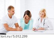 Пациентка узнает о плохих результатах анализов. Стоковое фото, фотограф Syda Productions / Фотобанк Лори
