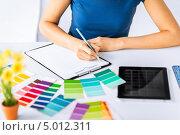 Купить «Молодая женщина в бюро работает с цветовой палитрой», фото № 5012311, снято 29 мая 2013 г. (c) Syda Productions / Фотобанк Лори