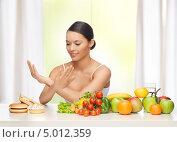Купить «Счастливая девушка отказывается от вредной еды в пользу свежих овощей», фото № 5012359, снято 12 января 2013 г. (c) Syda Productions / Фотобанк Лори