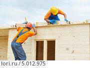 Купить «Строители кладут крышу на деревянный дом», фото № 5012975, снято 23 августа 2013 г. (c) Дмитрий Калиновский / Фотобанк Лори