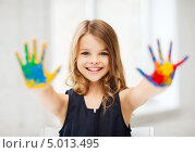 Купить «Очаровательная школьница с перепачканными краской ладошками», фото № 5013495, снято 31 июля 2013 г. (c) Syda Productions / Фотобанк Лори