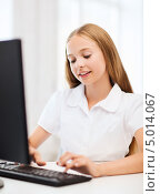 Купить «Внимательная школьница учится за компьютером дома», фото № 5014067, снято 7 августа 2013 г. (c) Syda Productions / Фотобанк Лори