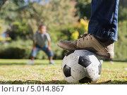 мальчики играют в футбол на газоне. Стоковое фото, агентство Wavebreak Media / Фотобанк Лори