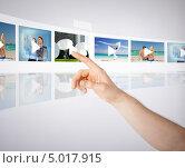 Купить «Мужчина нажимает пальцем на фотографию на виртуальном экране», фото № 5017915, снято 21 марта 2013 г. (c) Syda Productions / Фотобанк Лори