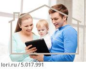 Купить «Молодая семья с маленьким сыном решает квартирный вопрос», фото № 5017991, снято 26 мая 2013 г. (c) Syda Productions / Фотобанк Лори
