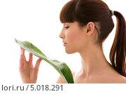 Купить «Молодая женщина с пальмовым листом в руке», фото № 5018291, снято 21 марта 2009 г. (c) Syda Productions / Фотобанк Лори
