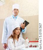 Купить «Врач и медсестра в медицинской лаборатории», фото № 5019567, снято 11 октября 2012 г. (c) Яков Филимонов / Фотобанк Лори