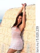 Купить «Брюнетка в белом платье», фото № 5020239, снято 15 августа 2012 г. (c) Сергей Сухоруков / Фотобанк Лори