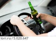 Купить «Молодой человек с бутылкой пива за рулем автомобиля», фото № 5020647, снято 26 июня 2013 г. (c) Syda Productions / Фотобанк Лори