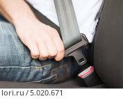 Водитель пристегивает ремень безопасности. Стоковое фото, фотограф Syda Productions / Фотобанк Лори