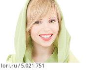Купить «Красивая девушка с зеленой шалью на волосах», фото № 5021751, снято 7 марта 2009 г. (c) Syda Productions / Фотобанк Лори