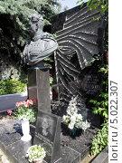 Купить «Новодевичье кладбище в Москве. Иван Черняховский», фото № 5022307, снято 9 июня 2012 г. (c) Корчагина Полина / Фотобанк Лори
