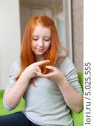 Купить «Девочка-подросток смотрит на кончики волос», фото № 5025555, снято 5 января 2013 г. (c) Яков Филимонов / Фотобанк Лори