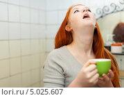 Купить «Девушка полощет горло в ванной комнате», фото № 5025607, снято 5 января 2013 г. (c) Яков Филимонов / Фотобанк Лори