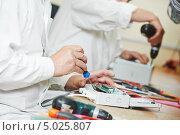 Сборка электронного устройства на заводе. Стоковое фото, фотограф Дмитрий Калиновский / Фотобанк Лори