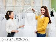 Купить «Консультант в магазине помогает девушке выбрать свадебное платье», фото № 5026079, снято 19 декабря 2012 г. (c) Яков Филимонов / Фотобанк Лори