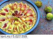 Не испеченный пирог с инжиром и грушами из теста с кукурузной мукой. Стоковое фото, фотограф Попкова Ольга / Фотобанк Лори