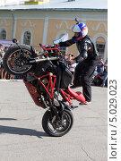 Купить «Трюки на мотоцикле в исполнении Алексея Калинина», фото № 5029023, снято 10 августа 2013 г. (c) Николай Мухорин / Фотобанк Лори