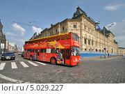 Купить «Двухэтажный экскурсионный автобус City Sihgtseeng идет по улице Ильинка, Москва», эксклюзивное фото № 5029227, снято 3 августа 2013 г. (c) lana1501 / Фотобанк Лори