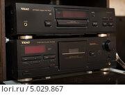 Проигрыватель CD дисков и кассетная декаTeac (2013 год). Редакционное фото, фотограф Станислав Сменов / Фотобанк Лори
