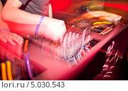 Купить «Руки диджеев на микшерном пульте», фото № 5030543, снято 24 ноября 2012 г. (c) Никончук Алексей / Фотобанк Лори